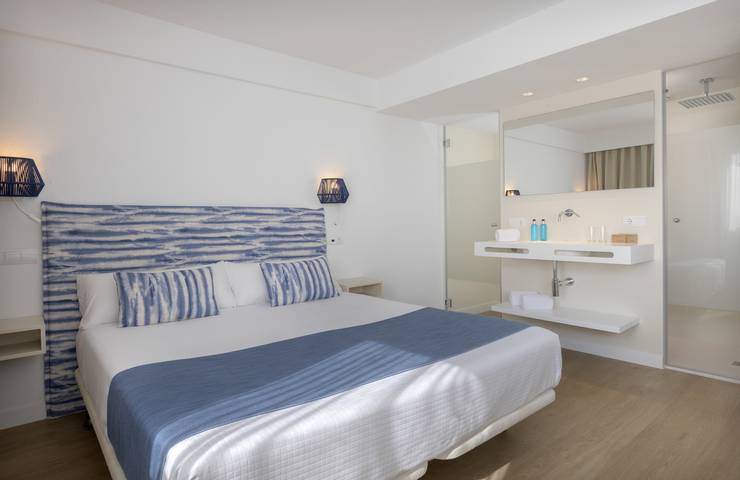 Junior suite sea view cala romántica blau punta reina junior suites  majorca