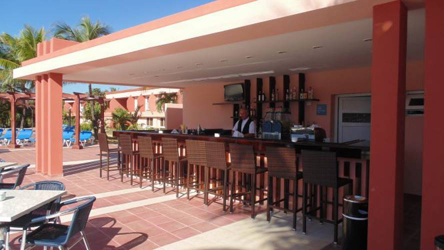 Pool bar blau arenal habana beach hotel cuba